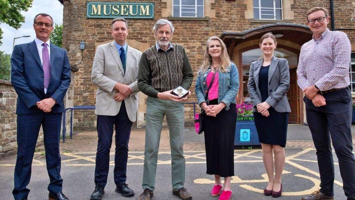 Проснулась совесть: грабитель вернул музею брошь, украденную 26 лет назад - Развлечения