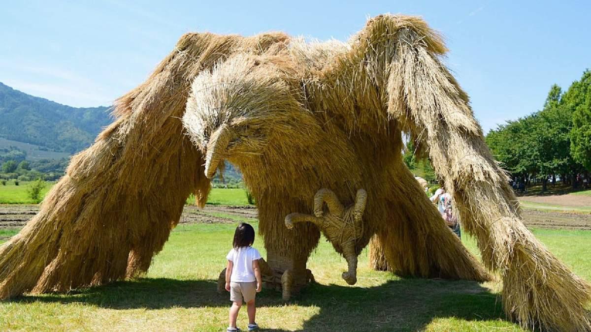 Фестиваль соломенных скульптур: гигантские орел и краб поселились в японском парке