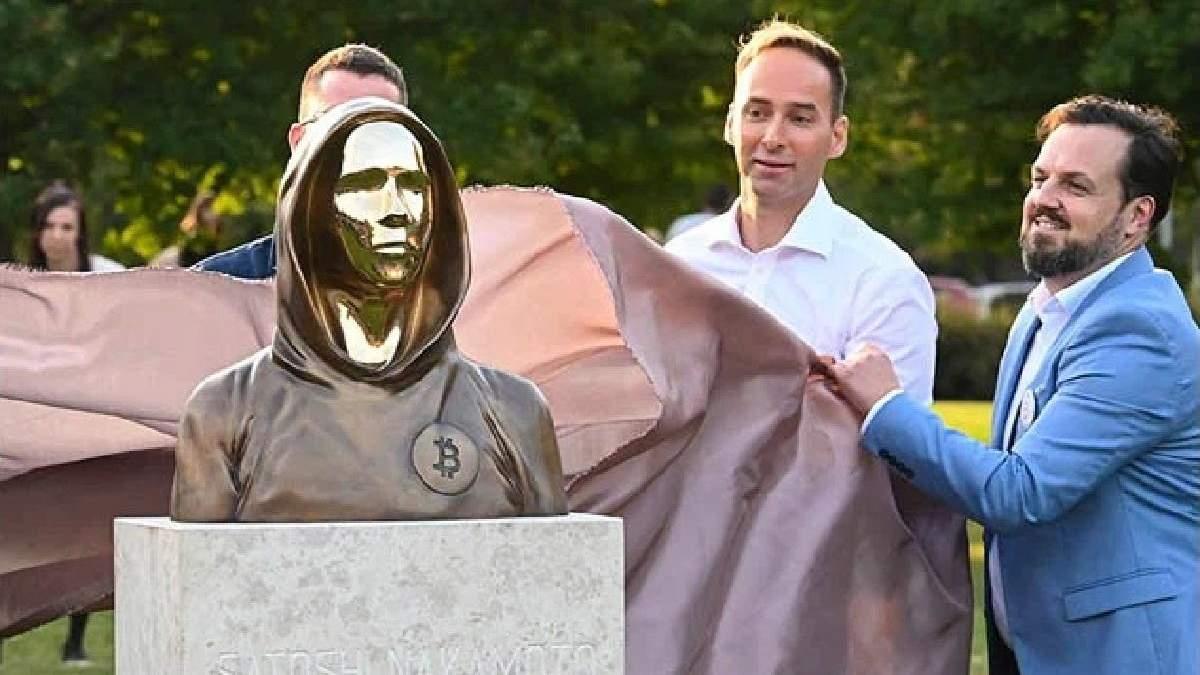 Вместо лица – зеркало: в Венгрии установили статую создателю биткоина Сатоши Накамото