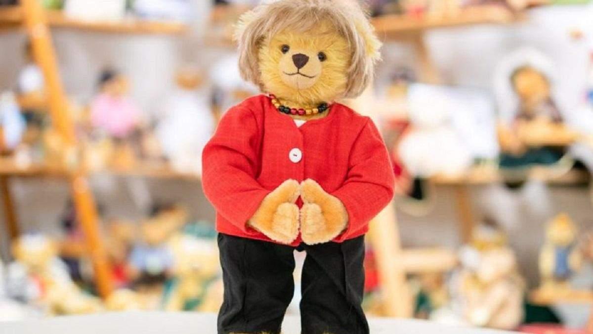 """В честь окончания срока полномочий: в Германии создали плюшевого медведя """"Меркель"""""""