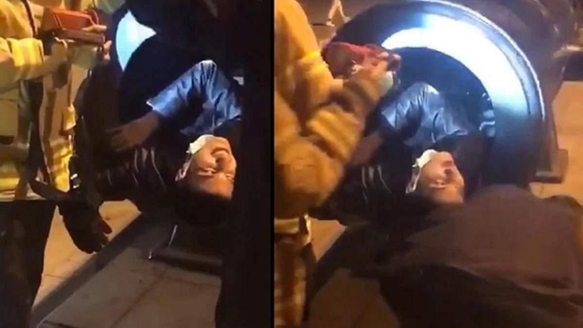Хотел получить эффектные фото: мужчина застрял в жерле пушки – курьезное видео