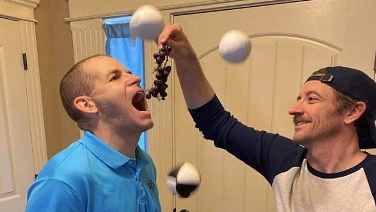 Установил рекорд: американец за минуту поймал ртом 35 виноградин, пока жонглировал - Развлечения