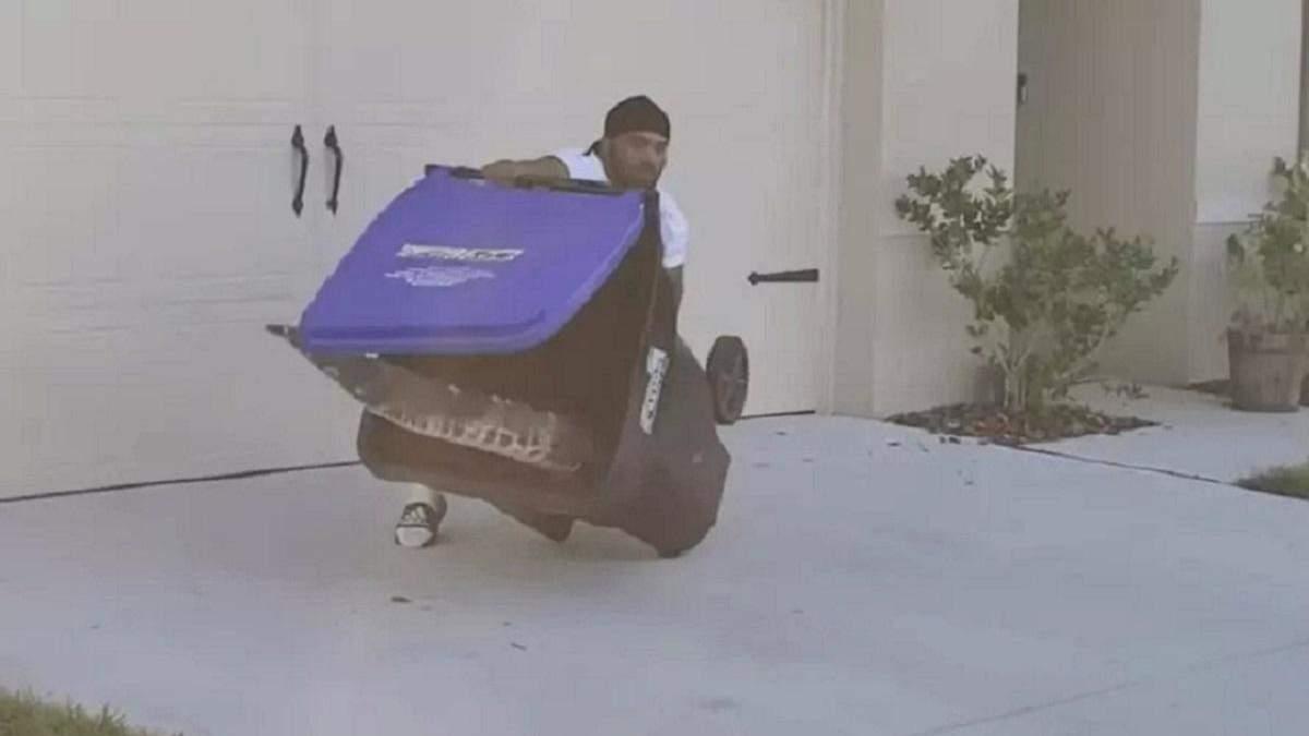 Чоловік врятував сусідів від алігатора, піймавши його в сміттєвий бак, і став героєм соцмереж