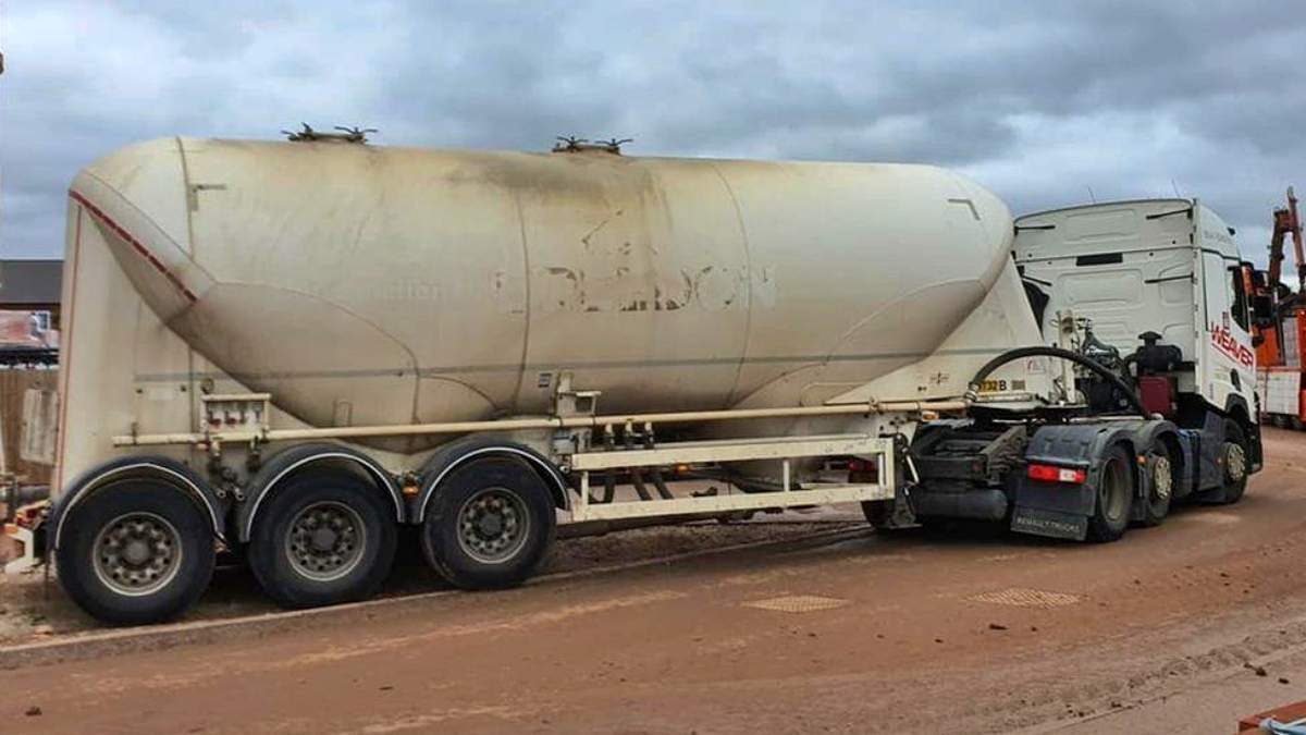 Топливный кризис в Британии: 20 водителей преследовали грузовик, думая что это бензовоз - Развлечения