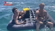 Попивая пиво на матрасе: друзья потерялись в океане у побережья Западной Австралии