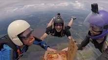 Перекусить в полете: парашютисты выпрыгнули из самолета и съели пиццу на высоте 5 тысяч метров