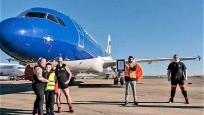 2 жінки протягнули 48-тонний пасажирський літак за рекордний час: вражаюче відео