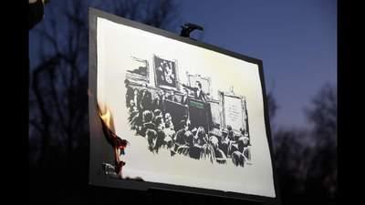 Картину Бэнкси выкупили за 95 тысяч долларов, чтобы сжечь в прямом эфире: видео