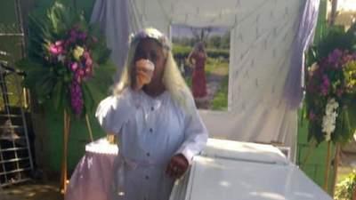 Лежала в труні та спостерігала за своїми близькими: жінка провела репетицію власних похоронів