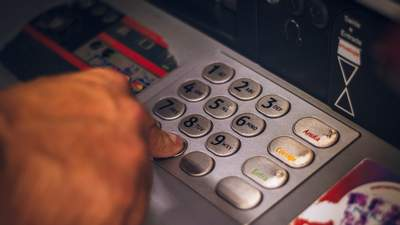 Мужчина ошибочно получил от банка тысячи долларов и отказался их возвращать: причина удивляет