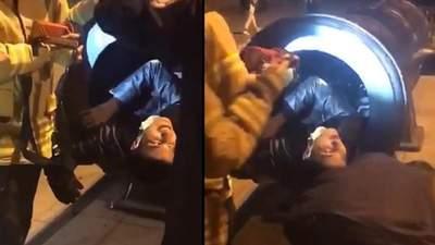 Хотів отримати ефектні фото: чоловік застряг у жерлі гармати – курйозне відео
