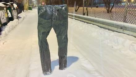 Мужчина замораживает штаны и оставляет их на парковке, чтобы сохранить себе место: забавные фото