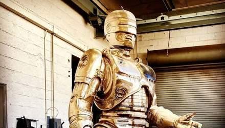 У Детройті завершили бронзову статую Робокопа, на створення якої пішло 10 років