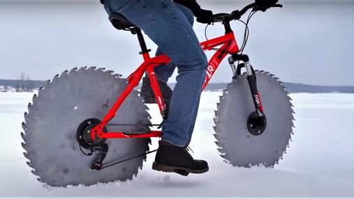 Для езды по льду: мужчина создал велосипед с циркулярными пилами вместо колес – видео