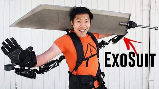 Блогер купив екзоскелет, щоб підняти гігантський меч з комп'ютерної гри: відео