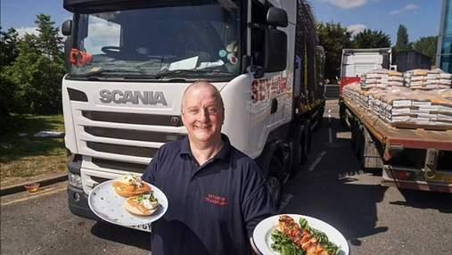 Высокая кухня в грузовике: дальнобойщик готовит изысканные блюда в кабине фуры – фото