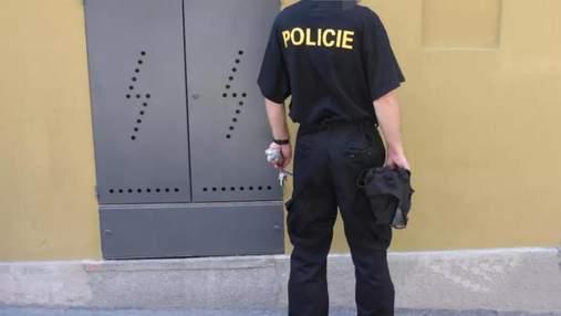 В Праге мужчина переодевался в полицейского, чтобы не платить за проезд: он сам себя выдал