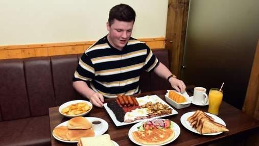 Журналіст намагався з'їсти величезний сніданок на 8000 калорій: що в нього входить
