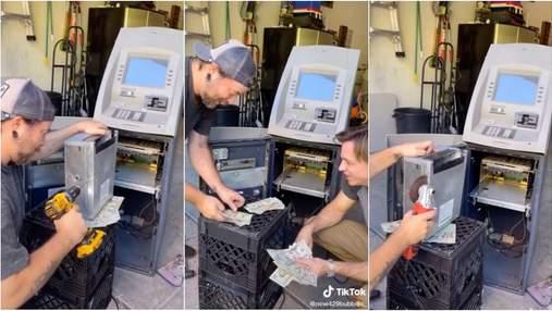 Окупили сполна: друзья приобрели старый списанный банкомат, и нашли в нем много денег