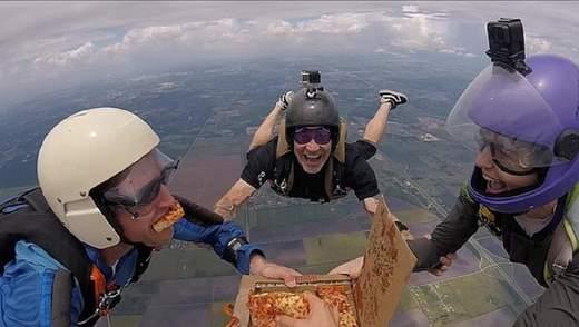 Перекусити у польоті: парашутисти вистрибнули з літака та з'їли піцу на висоті 5 тисяч метрів